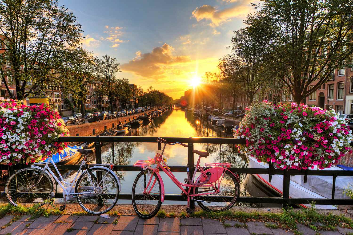 /Assets/CruiseGallery/Thumb/enchantingrhine_NETHERLANDS_Amsterdam_Canals-at-sunrise_ss_189863267_gallery.jpg