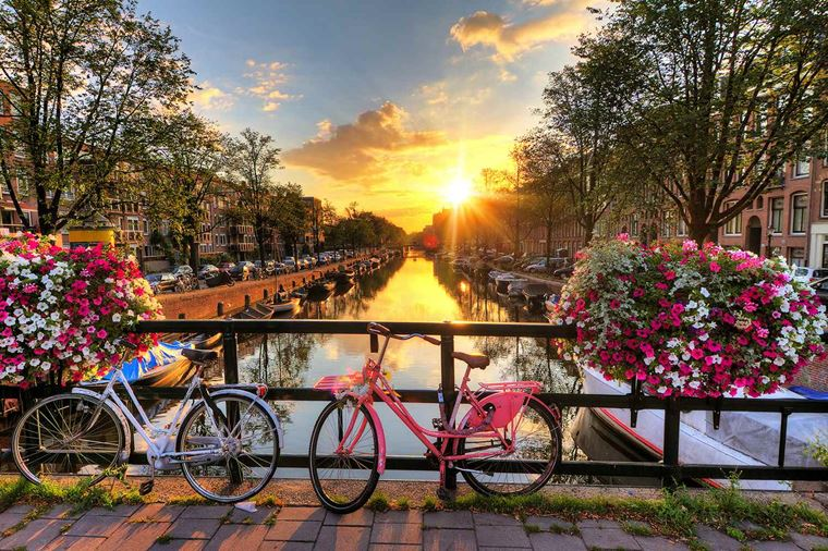 /Assets/Desktop/CruiseGallery/Thumb/enchantingrhine_NETHERLANDS_Amsterdam_Canals-at-sunrise_ss_189863267_gallery.jpg